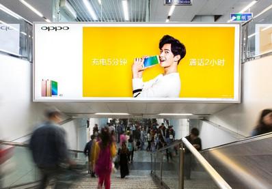 南宁地铁普通梯眉广告