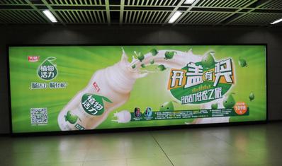 武汉地铁2号线立式特型灯箱广告
