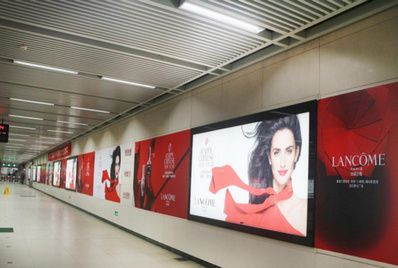 武汉地铁品牌墙广告