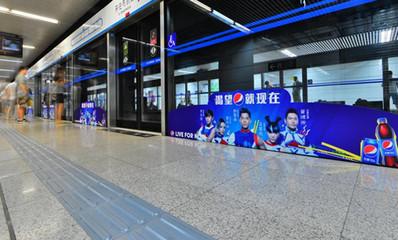 北京地铁屏蔽门贴广告