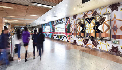 广州地铁滚动主题站厅广告3
