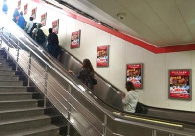 天津地铁广告1号线梯旁海报广告