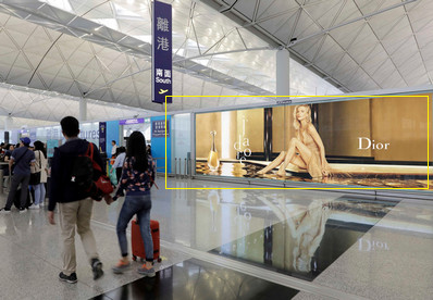 香港机场出发区安检前巨幅灯箱广告