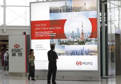 香港机场出发区离境安检后灯箱广告