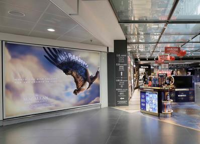 香港机场出发区免税区墙壁灯箱广告