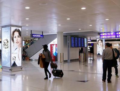 香港机场出发区免税区柱型灯箱组合广告