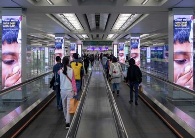 香港机场五楼到达数码柱长廊广告