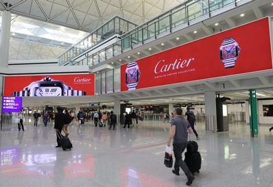 香港机场五楼到达入境大堂巨幅灯箱广告
