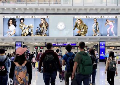 香港机场五楼到达入境大堂中央巨幅灯箱广告