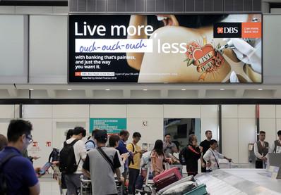 香港机场五楼李提取大堂巨幅灯箱广告