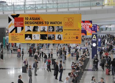香港机场五楼迎宾大堂廊桥挂画海报广告