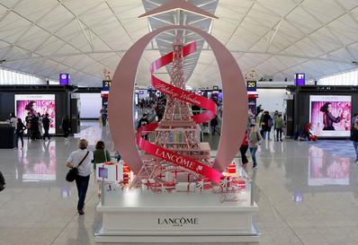 香港机场出发区中央长廊节日展览广告